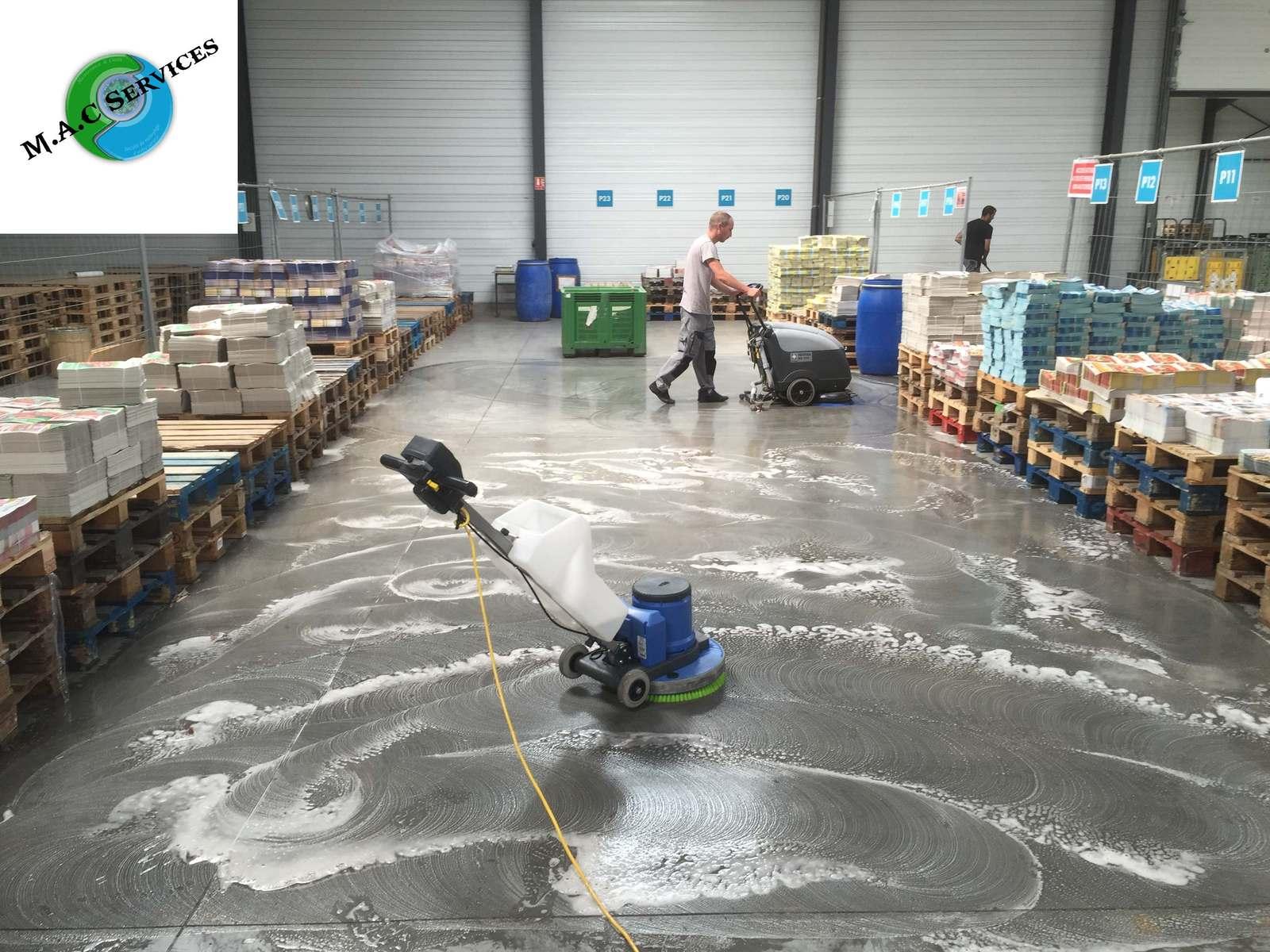Décapage des sols de l'usine de MEDIAPOST à Andrézieux-Bouthéon 42160 - Maintenance And Clean Services