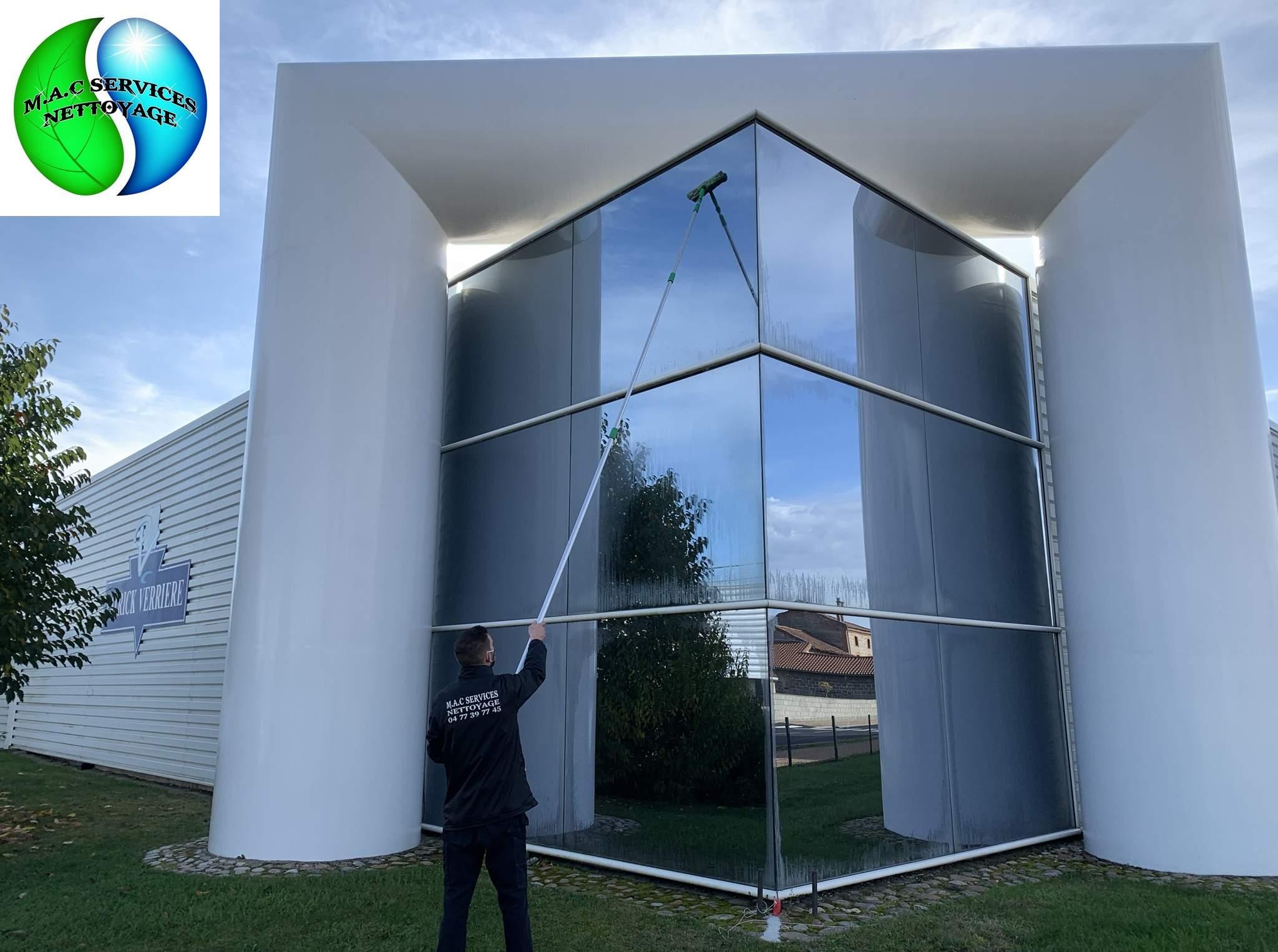 Lavage des vitres de la société Verrière Traiteur 42680 Saint-Marcellin-en-Forez
